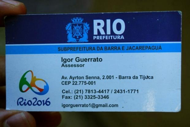 O prefeito Eduardo Paes diz que apenas a Vila Autódromo estaria sendo removida por causa das Olimpíadas, mas cartão entregue aos moradores do Largo do Tanque possui a marca dos Jogos, sendo mais uma forma de pressioná-los. (Foto: Renato Cosentino)