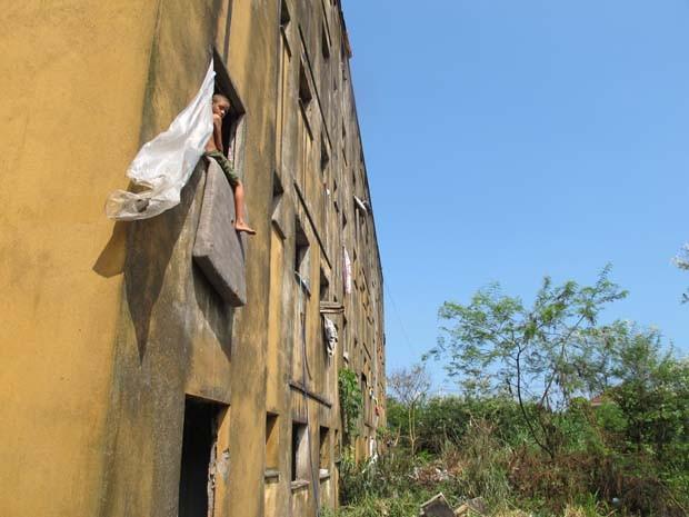 Conjunto com oito prédios em São Vicente está abandonado há oito anos (Foto: Silvio Muniz /G1)