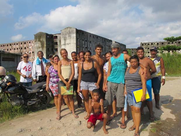Famílias consertam problemas causadospelo abandono dos prédios (Foto: Silvio Muniz /G1)