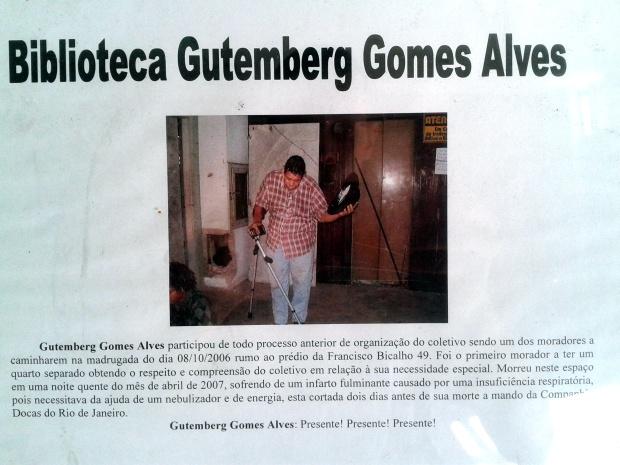 Placa na porta da Biblioteca Gutemberg Gomes Alves.