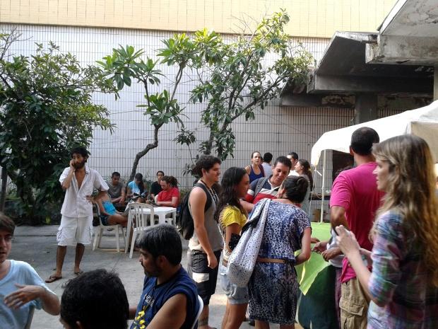 Além de participar da festa, moradoras e moradores também se revezaram na venda de bebidas  preparo de comidas.