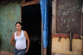 Alessandra Tatiane vive no local com a família desde o primeiro dia de ocupação. Foto: Amanda Perobelli.