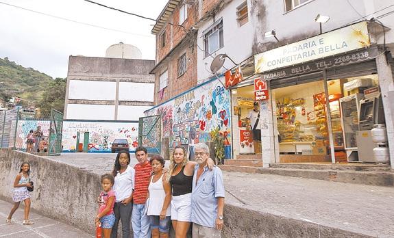 Moradores da comunidade Indiana, na Tijuca, mostram que moram entre uma escola e uma padaria, sem indícios de que haja risco para famílias | Foto: Uanderson Fernandes / Agência O Dia