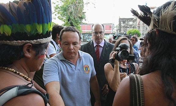 Juiz federal (de terno) esteve em local ao lado da Aldeia Maracanã com índios | Foto: João Laet / Agência O Dia
