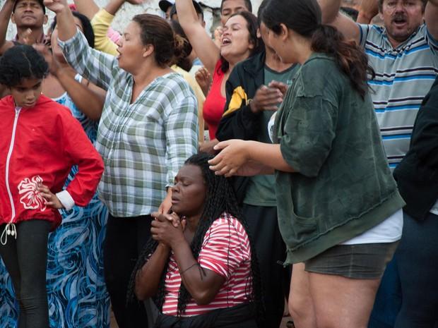 Moradores protestam contra a chegada da polícia para a desocupação (Foto: Peter Leone/Futura Press/Estadão Conteúdo)