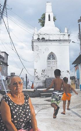 Dona Chiquinha é responsável há 40 anos pela Capela das Almas | Foto: Fernando Souza / Agência O Dia