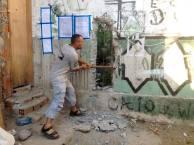 (Foto: Marcelo Camargo / Abr) Moradores derrubam muro na Favela do Moinho em São Paulo