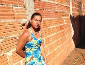 A cuidadora de idosos Meire Leite de Matos está com problemas em seu imóvel, construído pelo programa federal Minha, Casa, Minha Vida, em Uberlândia (MG)