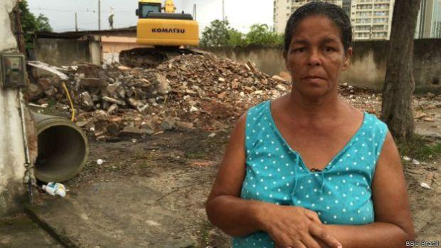 O cerco está se apertando para Jane Nascimento, que mora na casa de muro rosa ao fundo da demolição. Todos os seus vizinhos fizeram acordo para sair